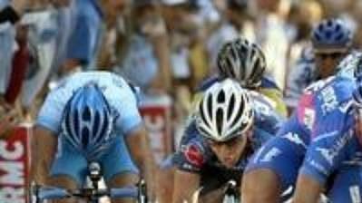 Německý cyklista Erik Zabel (v růžovém) vyhrál závod Paříž - Tours.