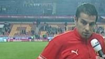Vítěz ankety Tipsport hráč utkání Milan Baroš přebírá křišťálovou kopačku.