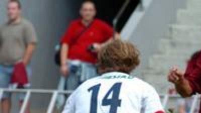 Na letní podmínky si budou muset fotbalisti ještě počkat. Na snímku bojuje sparťanský Slepička smosteckou obranou.