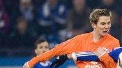 Niko Bungert z Mohuče (vlevo) napadá Kevina Kurányiho z Schalke.