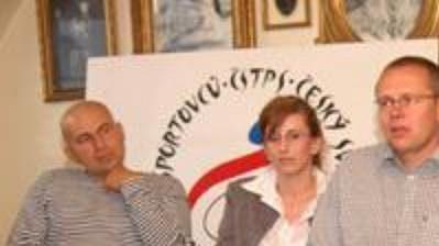 Čeští paralympionici (zprava) Jiří Ježek, Michal Stark, Martin Kovář a Jitka Pivarčiová na tiskové konferenci. Zcela vlevo hudebník Lou Fanánek, jenž je členem ČSTPS.