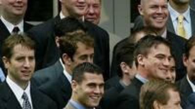 Po levé ruce George Bushe kapitán New Jersey Scott Stevens, ve třetí řadě vzadu vzákrytu sblonďatými vlasy Patrik Eliáš
