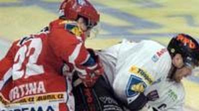 Znojemský útočník Peter Pucher dotírá před brankářem Slavie Hronkem.