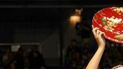 Ruská tenistka Maria Šarapovová strofejí za vítězství na turnaji vTokiu.