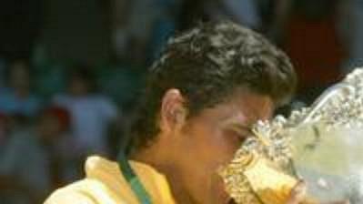 Australský tenista Mark Philippoussis pije z Davisova poháru, vedle něj je kapitán týmu John Fitzgerald