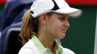 Lucie Šafářová se zdraví sBěloruskou Anastasií Jakimovovou, která zápas 3. kola Australian Open nedohrála kvůli zranění.
