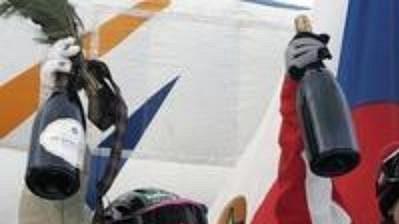 Akrobatická lyžařka Nikola Sudová (uprostřed) vyhrála závod Sp vjízdě vboulích vkanadském Tremblantu. Na stupně vítězů se probojovala vůbec poprvé vkariéře.