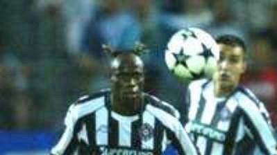 Největší hrdina středečních zápasů Ligy mistrů - Didier Drogba zMarseille (v modrém)