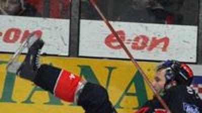 Petr Sýkora z Pardubic (vpravo) a Ivo Kotaška ze Znojma ve třetím utkání čtvrtfinále play off hokejové extraligy.