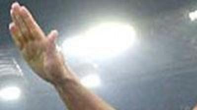 Italský fotbalista Lazia Řím Paolo Di Canio zdraví fašistickým pozdravem ultras svého klubu po gólu v římské derby.