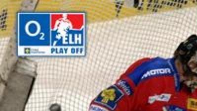 Petr Koukal z Pardubic (uprostřed) střílí gól Romanu Turkovi z Českých Budějovic ve čtvrtém utkání semifinále play off.