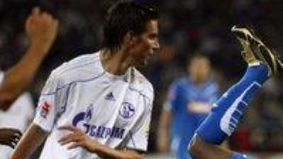 Chinedu Obasi z Hoffenheimu (vpravo) padá po střetu s Christophem Moritzem ze Schalke 04.