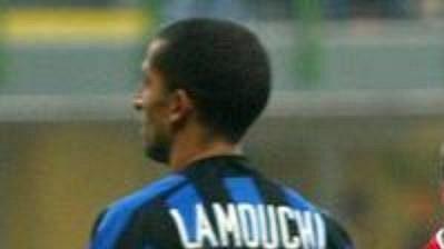 Fredrik Ljungberg z Arsenalu (vpravo) oslavuje gól v síti Interu Milán. Vzadu smutný Sabri Lamouchi, Inter doma prohrál 1:5.