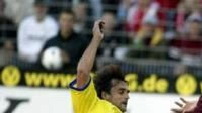 Tomáš Hunal (ve žlutém) se vprvním zápase Poháru UEFA snaží zastavit unikajícího Kloseho zKaiserslauternu