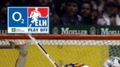Tomáš Rolínek z Pardubic dává druhý gól za záda brankaře Sparty Praha Tomáše Duby v prvním finálovém utkání play off hokejové extraligy.