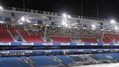 Norští pořadatelé zobav před dalším poničením přikryli stadion Ullevaal plachtou.