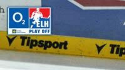Lukáš Zíb z Liberce (vpravo) sráží na led Romana Hloucha z Třince v pátém utkání čtvrtfinále play off hokejové extraligy.