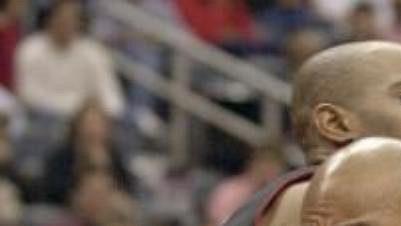 Basketbalista Atlanty Darvin Ham (vpravo) proniká okolo torontského Vince Cartera.