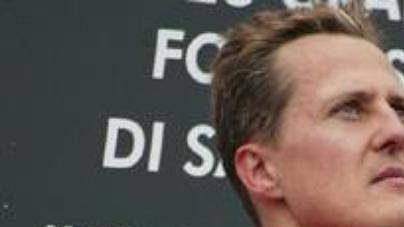 Michael Schumacher se smuteční páskou na paži při ceremoniálu po GP San Marina.