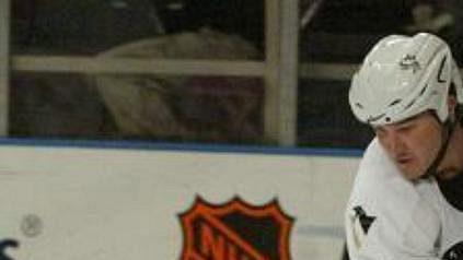 Mario Lemieux z Pittsburghu zkouší ve třetí třetině ostražitost gólmana New York Rangers Dana Blackburna.