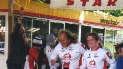 Na start letošního šestidenního závodu vColacu se podobně jako před dvěma lety postavil iČech Jaroslav Kocourek (v první řadě vpravo).