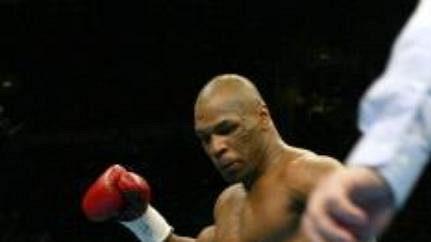 Drtivá pravačka Železného Mika Tysona dopadla na tvář Clifforda Etienna a ten se kácí k zemi.