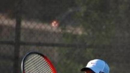 Tenista Dan Battistone s obouručnou raketou