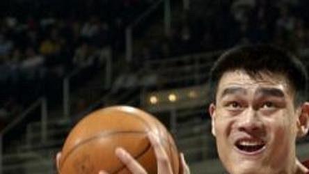 Čínský nováček v dresu Houstonu Rockets Jao Ming (vlevo) byl hlavní postavou svého týmu při výhře v Orlandu.
