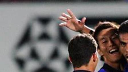 Brazilský fotbalista Araujo (vpravo) oslavuje jednu ze svých branek.