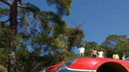 Francouz Sebastien Loeb Citroënem Xsara bojuje sprašnou tratí Kyperské rallye.