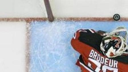 Brankář New Jersey Devils Martin Brodeur leží na ledu po pátem gólu hry, který dal Petr Sýkora zAnaheim Mighty Ducks ve třetí třetině šestého finálového zápasu Stanley Cupu.