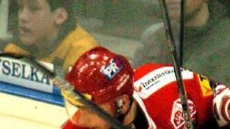 V zápase Slavie s Libercem nebyla nouze o tvrdé střety u mantinelu.