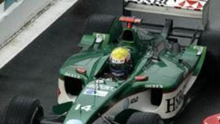 Kolize při tréninku na Velkou cenu Francie. Michael Schumacher s ferrari nabral při výjezdu z boxu jaguar Marka Webbera.