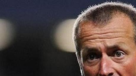 Anglický sudí Martin Atkinson bude řídit první barážové střetnutí v Praze.