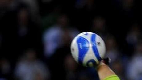 Český brankář Radek Černý z Queens Park Rangers vyhazuje po úspěšném zákroku.