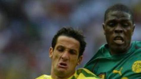 Brazilec Belleti (vlevo) bojuje o míč s Kameruncem Mohammadem Idrissouem.