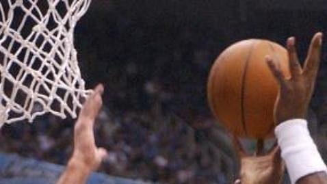 Hráči Sacramento Kings Vlade Divac (vlevo) a Predrag Stojakovič (vpravo) se snaží zastavit útok Karla Malonea zUtah Jazz vutkání play off basketbalové ligy NBA