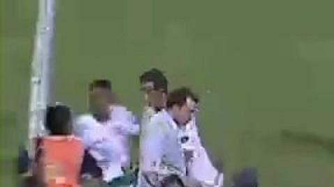 Jeden z reportérů leží na zemi po ataku brazilského fotbalisty Rafaela Moury.