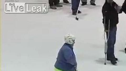 Neuvěřitelná trefa 59leté hokejové fanynky