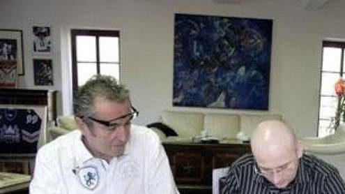 Pavel Hynek (na snímku uprostřed) podepisuje smlouvu se Spartou jako hlavní trenér. Vlevo prezident a předseda představenstva Sparty Viliam Sivek, vpravo generální manažer Petr Bříza.