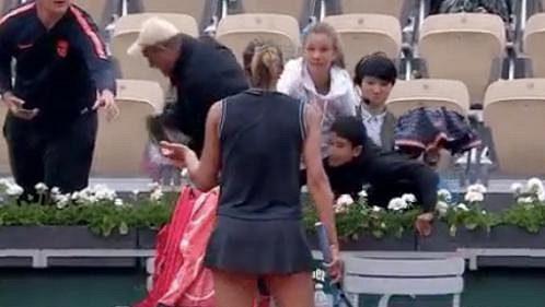 Madison Keysovou rozčílilo, když malému fanouškovi sebral ručník dospělý.
