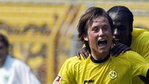 Dortmundský Otto Addo (vpravo) gratuluje Tomáši Rosickému ke gólu vsíti Wolfsburgu.
