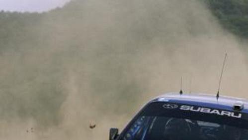 Nor Petter Solberg se subaru na trati první etapy Japonské rallye.