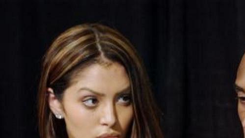 Kobe Bryant spolu s manželkou Vanessou při tiskové konferenci v Staples Centru v Los Angeles.