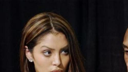 Kobe Bryant spolu smanželkou Vanessou při tiskové konferenci vStaples Centru vLos Angeles.