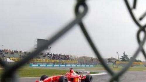 Michael Schumacher ve svém ferrari projíždí při tréninku zatáčku na okruhu vImole.