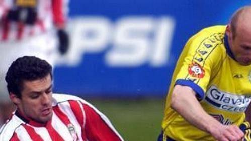 Karel Rada zFK Teplice (vpravo) bojuje omíč se střelcem prvního gólu Žižkova Tomášem Oravcem.
