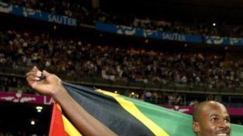 Kim Collins zostrovů Svatý Kryštof a Nevis se na šampionátu atletů vPaříži stal mistrem světa vběhu na 100 metrů.
