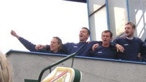 Fotbalisté Baníku se pozdravili s čekajícími fanoušky.