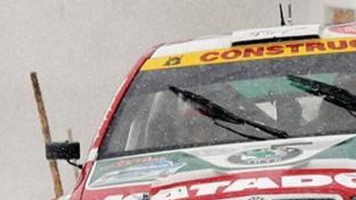 Jan Kopecký za volantem Fabie WRC na zasněžené trati rakouské Jänner rallye. Spolujezdcem je Filip Schovánek.